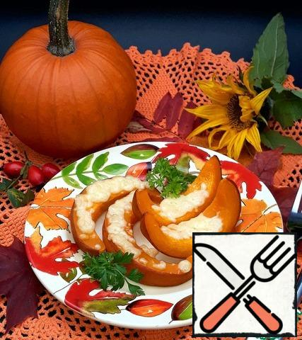 I put the pumpkin slices on a plate and drizzled some oil on them. This dish is suitable for parsley. It is better to use a large pumpkin with thick walls in this recipe. Put the slices on the baking sheet sideways, then more cheese will fit. In the restaurant where my son works, they prepare such a pumpkin for vegetarians.