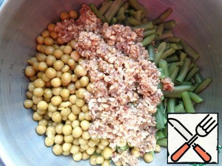 With legumes, drain the liquid and combine, add the resulting mixture of hazelnuts.