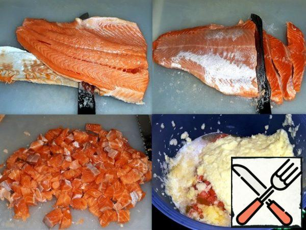 I skinned the salmon, cut it into small cubes, and put it in a bowl. Potatoes and onions were crushed in a chopper.