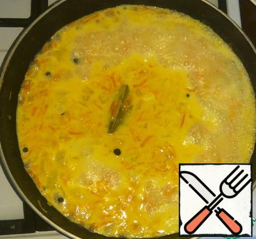 Add hot water, melted cheese, Bay leaf, allspice, crushed garlic, salt and pepper to taste. Let the cheese dissolve in water.