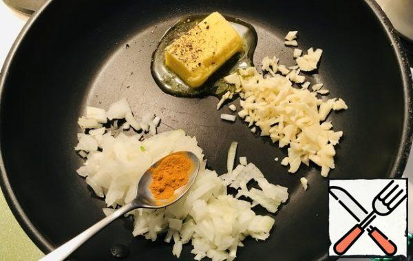 Put butter in a frying pan, chop onion and garlic, fry for 2-3 seconds, put turmeric.