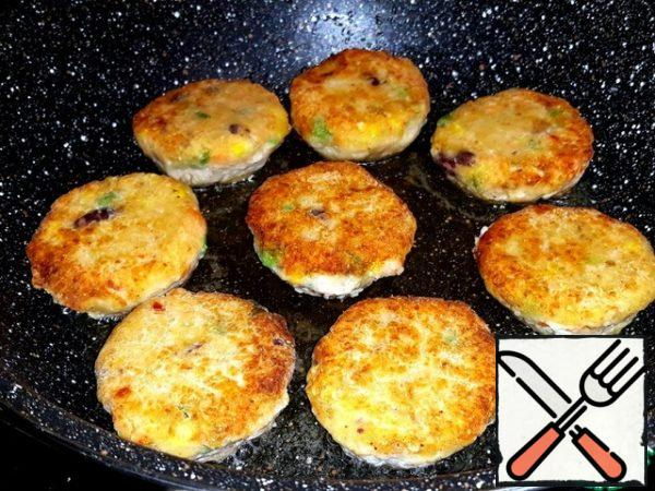 These cutlets are made with salmon, potatoes and a mix of frozen vegetables. I rolled them in flour and fried them. I put the chilled ones in the freezer.