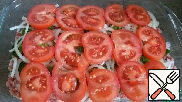 And continue - a layer of onions, and then tomatoes.
