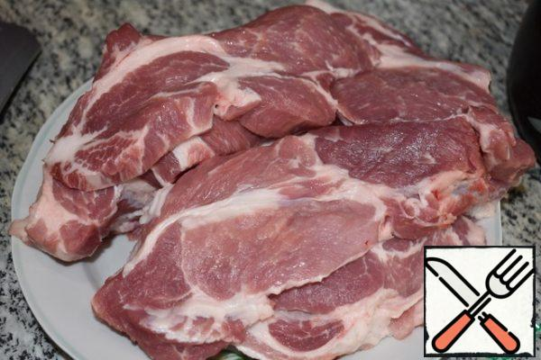Cut the meat into steaks 1.5-2 cm wide. Do not salt or pepper the meat.