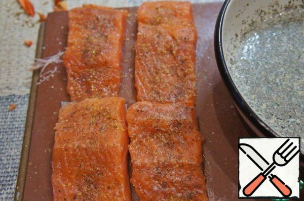 Wash the salmon fillet, Pat it with a paper towel, season with salt and pepper, and drizzle with lemon juice.