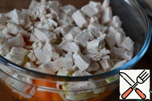 Cut the boiled chicken breast into medium pieces. In a separate bowl, combine the chicken breast, leeks and pumpkin. Mix gently.
