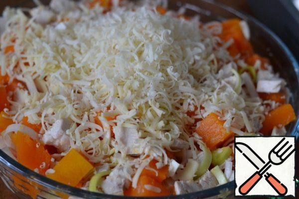 Grease the baking dish with sunflower oil. Put the pumpkin-chicken mixture in the mold. Grate the cheese and add 2/3 of the cheese to the casserole. Stir.
