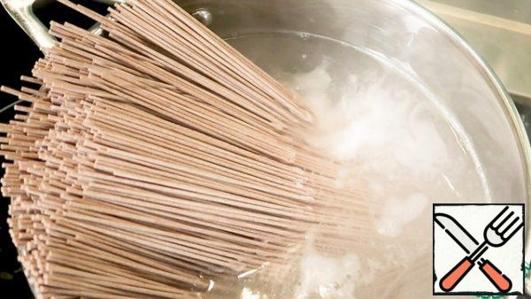 Boil soba - buckwheat noodles - according to the instructions on the package.