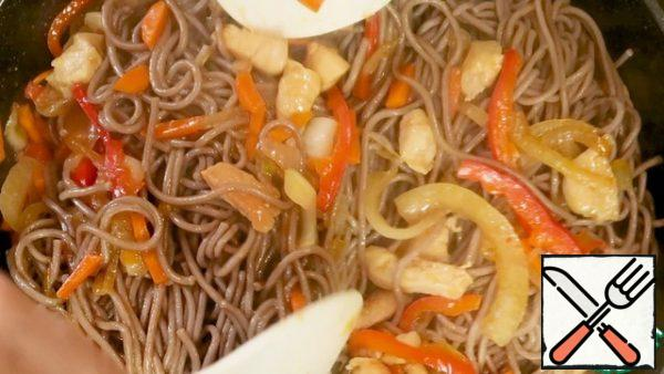 Add the finished buckwheat noodles, stir and leave on low heat for 1 minute.
