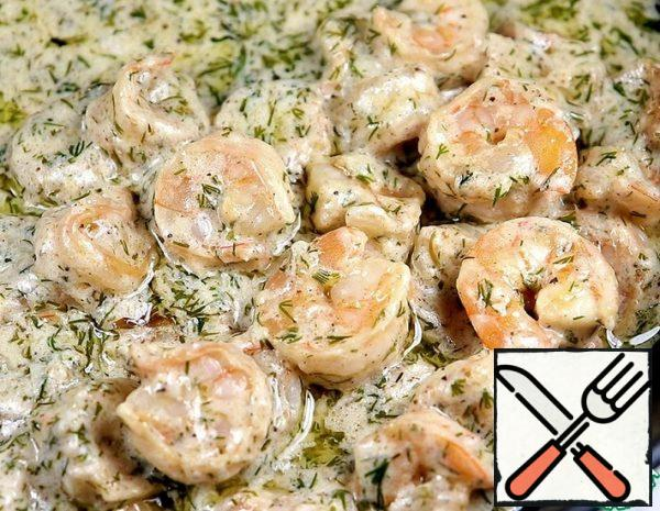 1. shrimps (I have boiled and frozen) to clean: remove the head, tail and intestines (300 gr.-this is the weight of peeled shrimps). 2. in 1 tsp of flour, add the pepper mixture and salt to taste, add to the shrimp and mix. 3. Squeeze out the juice of 2 tbsp of 1/2 lemon. add to the shrimp and mix. (You can let it stand for 30 minutes). 4. chop the Garlic coarsely. 5. in a frying pan, melt the butter and add the olive oil. Add the garlic and fry it a little. 6. All garlic must be removed from the oil. 7. put the prawns in the pan and fry for 1 minute. Then add the cream, cover the pan with a lid and simmer for another minute. 8. Add chopped dill to the prawns in the sauce. Mix everything together. The prawns are ready. 🌸 If you are cooking fresh shrimp, then fry them in a pan for 2 minutes and then simmer under the lid for 2-3 minutes. ⚡ This is to subject shrimp long heat treatment is not recommended, as they become tough and rubbery.