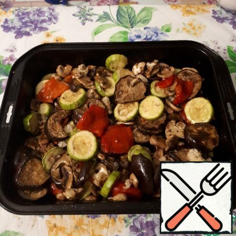 Add the dressing to the vegetables and mix well. If there is not enough salt, you can optionally pour more soy sauce. The next day, the vegetables are even tastier, they are well soaked in the dressing.