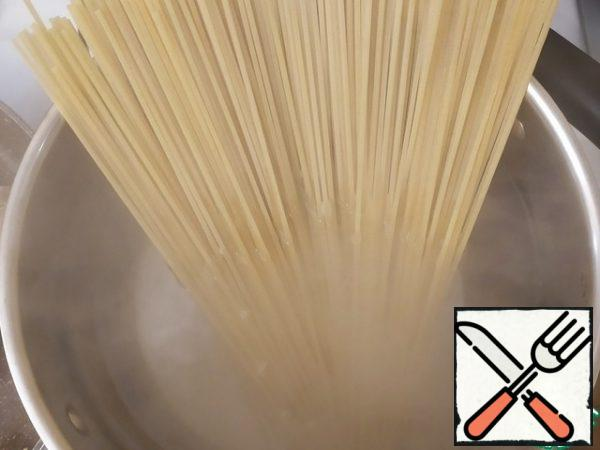 Boil the spaghetti.