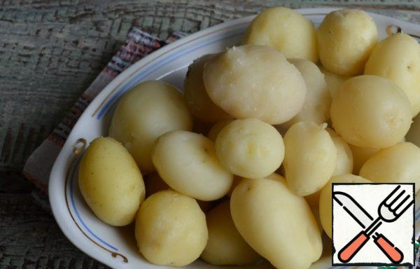At this time, cook in a uniform and peel small potatoes.