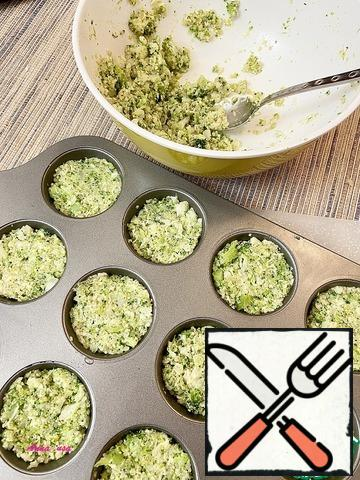 Grease muffin molds with vegetable oil and fill with vegetable mixture.