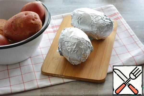 Wrap the potatoes in foil and bake on coals. This can be done in a barbecue with a lid, on a grill over coals or on skewers.You can also bake potatoes at home in the oven, wrap them in a Terry towel and put them in a thermos bag so that they do not cool down. Take it with you on a picnic, and then lightly blow smoke on the grill.