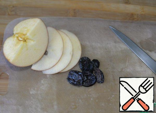 Wash Apple, remove the core, cut into plates. Prunes are pre-soaked, if dry. Cut in half lengthwise.