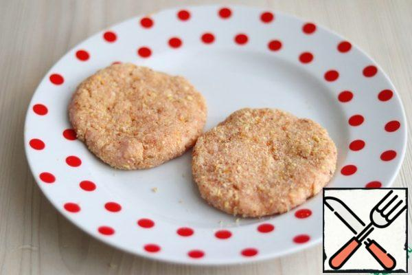 Form round cutlets with wet hands. If desired, you can pan in breadcrumbs.