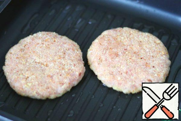 Add 1 tablespoon of vegetable oil to the grill pan. Fry the cutlets on both sides until tender.