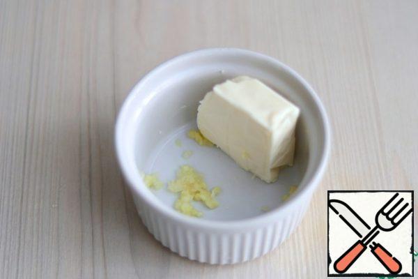 In a bowl add cream cheese (50 gr.), pass 1 clove. garlic through a garlic press. Mash cream cheese with garlic mush until smooth.