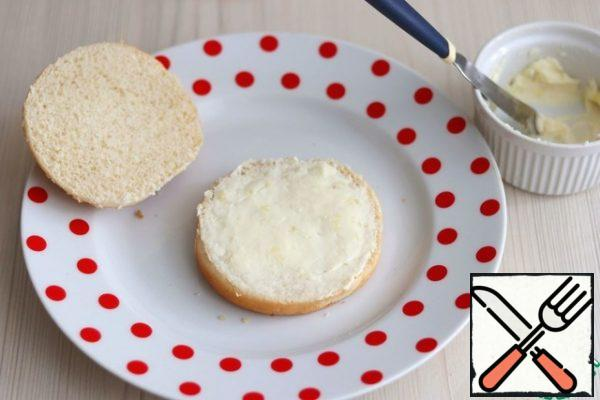 Hamburger buns cut into two parts. Brush one part with a mixture of cheese and garlic.