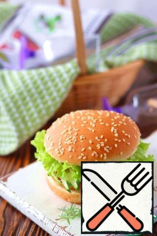 Brush the lettuce leaves lightly with garlic and cream cheese and cover the entire structure with the top of the hamburger bun.