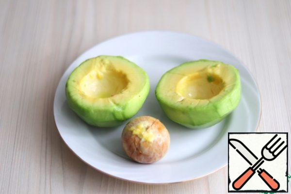 Peel the avocado and remove the stone. One part can be used for cooking this dish, the second part can be used for making salads and other picnic dishes.
