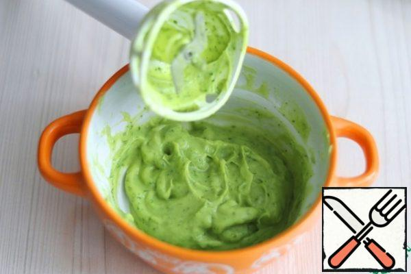 In a bowl, add 1/2 of the avocado, add the parsley, passed through a garlic press 1 clove. garlic and 1 tablespoon of lemon juice. Puree avocado with other ingredients using a blender leg.