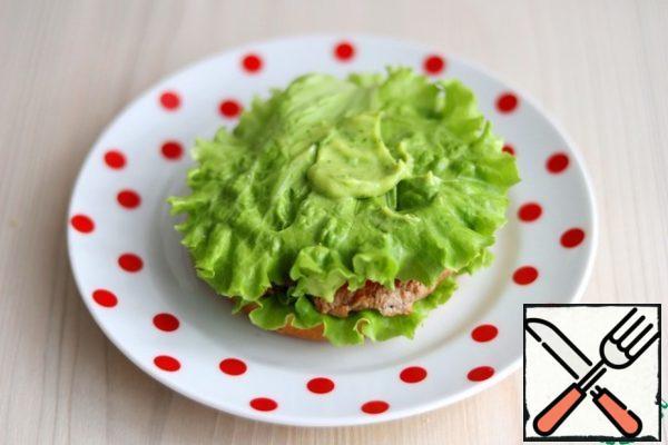 Add 1 teaspoon of avocado cream to the lettuce leaf.