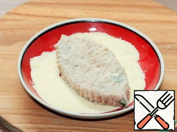 With a wet spoon, take a portion of minced meat, dip it in the egg yolk shaken with a fork and roll it in semolina (or small semolina). Shape the cutlets.