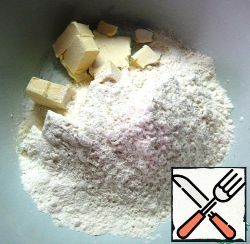 Dough: in a bowl, combine the flour, a pinch of salt and pieces of cold butter. Use your hands to grind into a crumb.