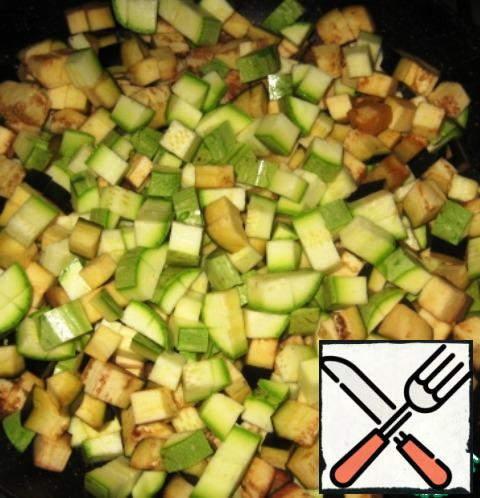Put the vegetables in the pan and fry over low heat, stirring occasionally (about 7-8 minutes). Remove the vegetables from the heat and allow to cool.