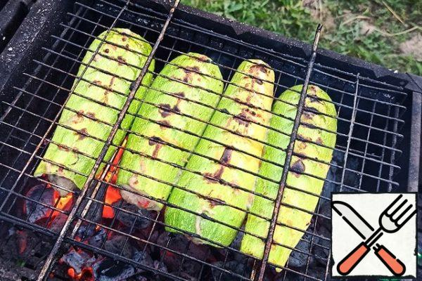 Then fry as usual, turning until the zucchini is ready (minced meat is prepared faster). I never grill zucchini until it's completely soft, always leave a little crunch)