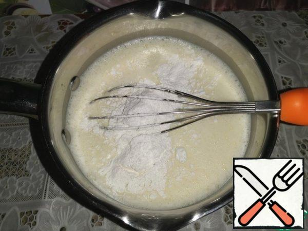 Sift the flour. Then pour in the milk and shake with a whisk. In several steps, add the rice flour, each time beating well with a whisk so that there are no lumps.