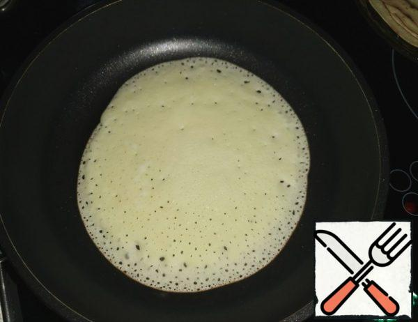 Heat a good frying pan and bake pancakes. !! Pancakes are baked at lightning speed! If you don't want to eat rice cardboard))), don't clap your ears!!!