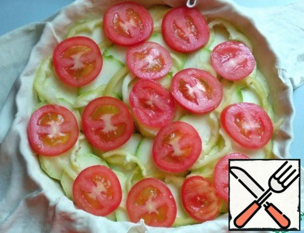 Wash the tomatoes, cut them into small circles and spread them on top of the pepper.
