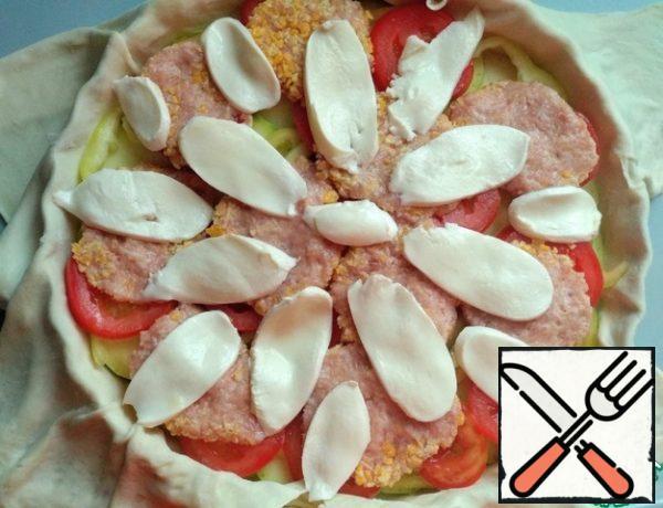 Then cut the mozzarella into slices and spread out.