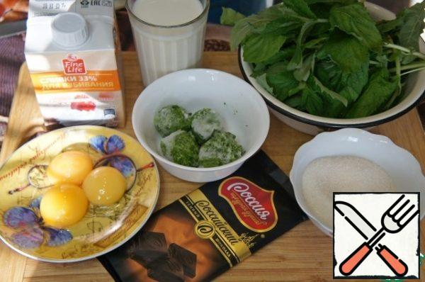 Prepare the products. Separate the yolks from the whites. Proteins can be frozen, in this recipe they will not be needed.