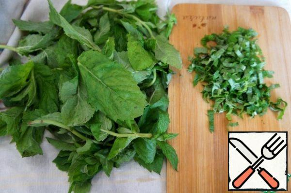 Break off the leaves and cut them into thin strips.