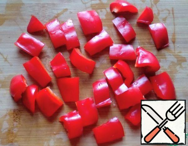 Wash the bell pepper and remove the seeds. Cut into rectangles.