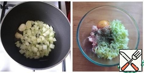 I will fry the minced meat and onions. Pour the oil into the pan, heat it up, put the garlic cloves, fry it so that it gives the flavor to the oil and remove it. I'll put the finely chopped onion. Gild. I'll send it to mince. I will break an egg into the minced meat, grate the zucchini, put the fried onion, salt and pepper, add thyme and Basil. Carefully mince all the fixins will be kneaded.