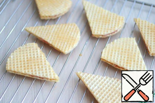 You can take waffle triangles with you to nature as a semi-finished product, placing them in lunch boxes, and then fry them on a barbecue grill. This method is less high-calorie, but no less delicious. I want to pay attention, and the first and second method of cooking waffle triangles requires egg batter!