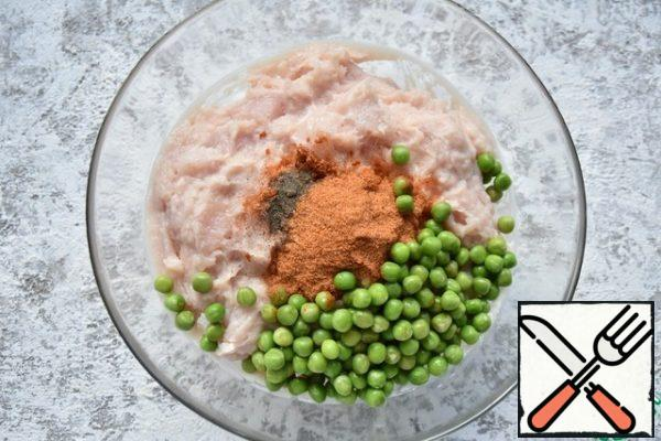 Add the mixture of spices, green peas, mix so that all the products are evenly distributed among themselves.