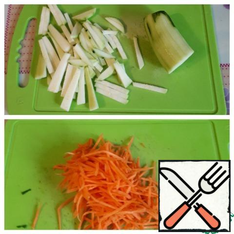 Zucchini cut into strips (you can not peel the skin), grate the carrots on a grater for Korean carrots.