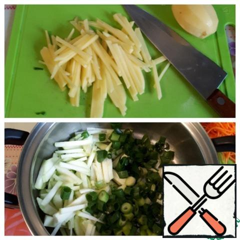 Cut the potatoes into thin strips and chop the green onions.
