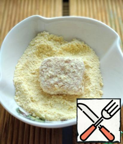 And roll in breadcrumbs, I had a ready-made nugget mix. If you have breadcrumbs, then you can add salt, ground pepper, sweet paprika and any other spices if desired.