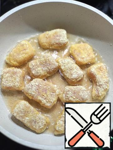 In a frying pan, heat the vegetable oil and fry the nuggets on both sides until Golden, turn off the stove. Leave the nuggets in the pan for 5-7 minutes. under the closed lid.
