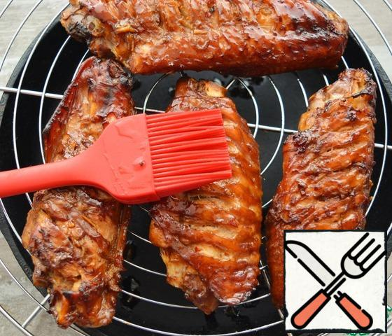 You can cook both on the grill on the grill or in the barbecue, and on the grill in the oven, substituting a baking sheet under the grill. During cooking, try to lubricate the wings at least 4-5 times with the remaining marinade.If you cook on a grate on coals, try to keep the heat low. Because Turkey wings are prepared for quite a long time, because they have an impressive size.If you cook on the grill in the oven, I recommend cooking for 1 hour at t=150°C, and then raise the temperature to 200°C, turn on the top grill and brown the wings