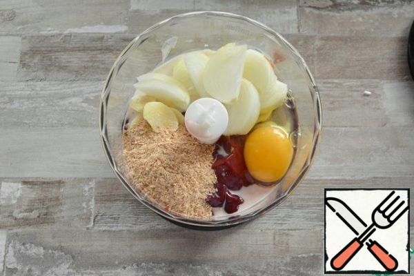 Place the Turkey liver, onion, and garlic, which are randomly sliced, in the blender bowl. Add the raw egg, bran, salt, spices and milk.If you want a more savory taste, replace the milk with white wine.