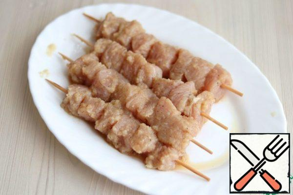 Skewers for skewers pour water and stand for a few minutes, then string them with cubes/pieces of Turkey breast fillet.