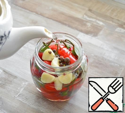Fill the contents of the jar with boiling water from the kettle. Water will enter about 200-250 ml. Cover the jar with an inverted lid and leave for 10 minutes